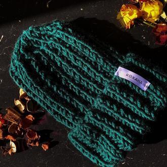 Объемная женская шапка крупной вязки на зиму  из шерсти КОХАНА «Петроль»