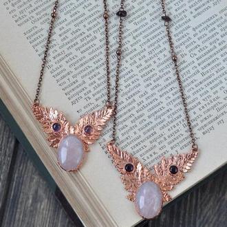 Нежное ожерелье с розовым кварцем и аметистом из омедненных настоящих листьев папоротника
