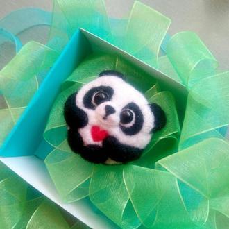 Брошь  панда с сердцем валяная войлочная брошка мишка