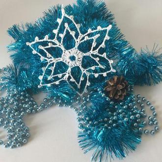 белая вязаная крючком снежинка для новогоднего декора