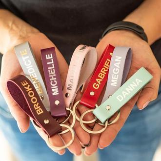 Стильный именной брелок из натуральной кожи станет украшением для Ваших ключей