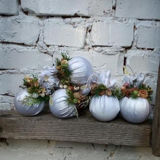 Белые новогоднее шары, новогодняя игрушка, елочный украшения, елочные подвески