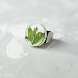 Белое круглое кольцо из эпоксидной смолы с самшитом и декоративным чесноком