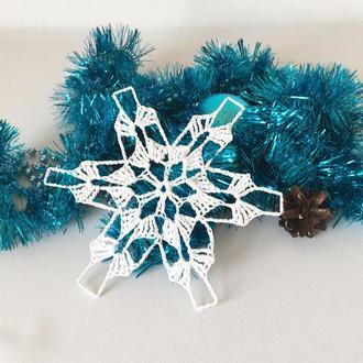Белая вязаная снежинка, новогодний декор, украшение на елку