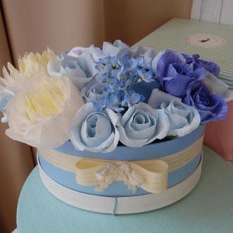 Подарок на выписку или крестины для мальчика в шляпной коробке боди, голубые розы конфетный букет