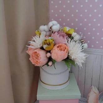Конфетный букет в шляпной коробке,  георгины из креп-бумаги, розы, пионы, флористическая композиция