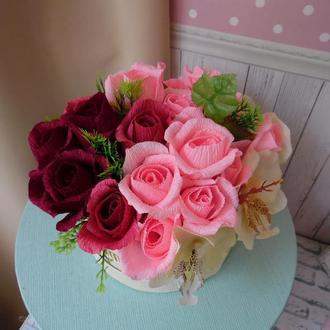 Конфетный букет из креп бумаги в шляпной коробке с орхидеями  красные розы флористическая композиция