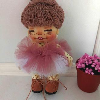 Кукла Смешинка декоративная в замшевых ботиночках