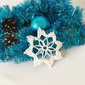 Белая вязаная снежинка на елку, новогодний декор, украшение на елку