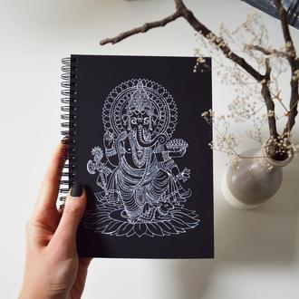 Блокнот А5 с черными страницами и белая ручка.  иллюстрация Ганеша. 90 листов.