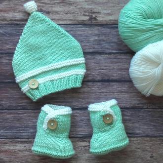 Комплект для малыша - шапочка и пинетки в подарочной коробке