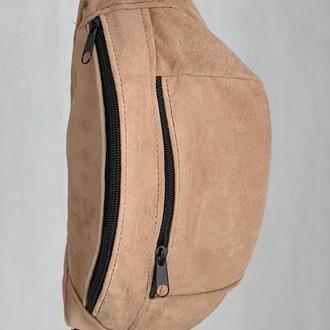Большая бананка из натуральной кожи, сумка на пояс вместитетльная мягко бежевая замш