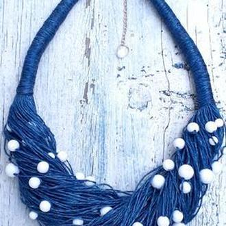 Льняное синее колье с белыми бусинками.