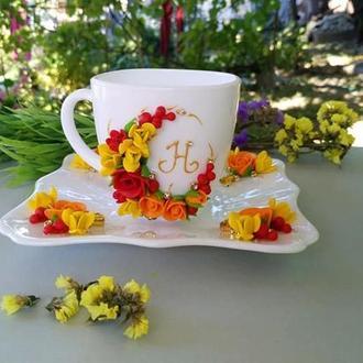 Чашка с блюдем на подарок с инициалом и камнями