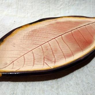 тарілка керамічна у формі горіхового листка