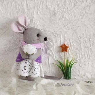 Новогодняя елочная игрушка текстильная мышка с цветком в подарочной упаковке