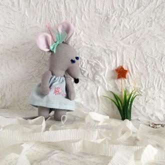Новогодняя елочная игрушка крыса с косичкой и бантом в подарочной упаковке