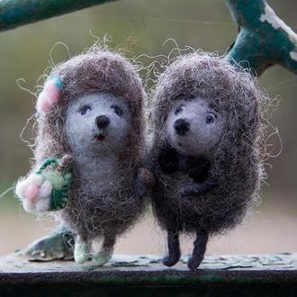 Влюблённая пара ёжиков