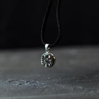 Короткий кулон чокер  с имитацией кристалла на замшевом шнуре