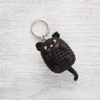 Брелок в'язаний британський чорний кіт