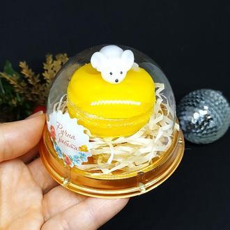 Мыло мышь на макаруні в пластиковом куполе.