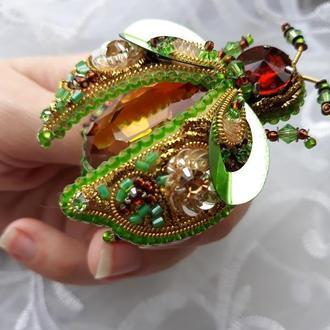 Брошка жук. Зелений жук брошка. Брошь на подарок. Скарабей