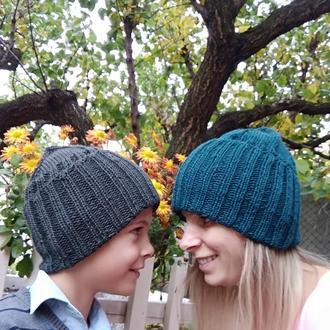 Вязанные стильные осенние шапки для всей семьи