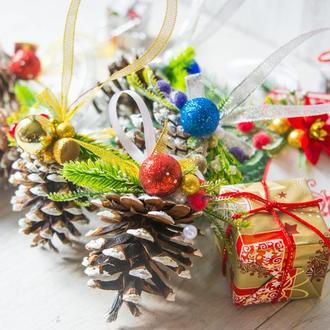 Новогодняя подвеска шишка сосны с декором