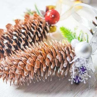 Новогодняя подвеска шишка с декором
