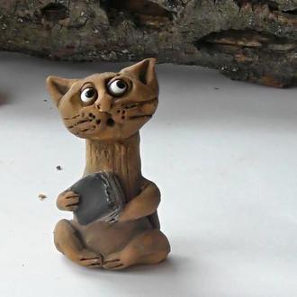 Фигурка в виде кота с книгой сувенир котик