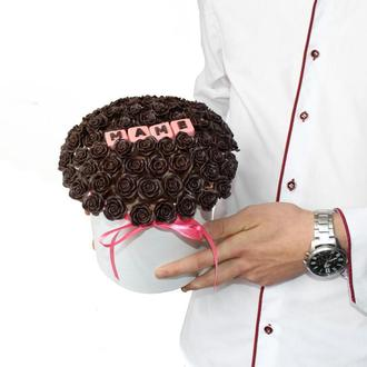 Букеты и композиции в шляпной коробке из шоколадных роз