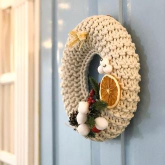 Праздничный вязаный венок на входную дверь