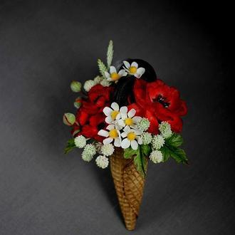 Подарунковий ріжок з квітами і солодощами.