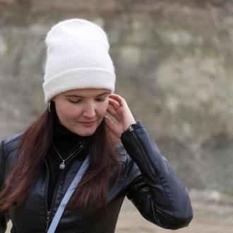 Вязаная шапка ангора молочного цвета зимняя бини