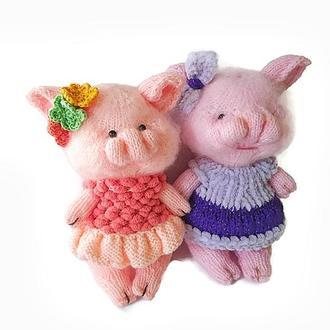 Игрушка свинка в сиреневом платье.