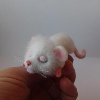 Белый мышонок. Брошь валяная из шерсти
