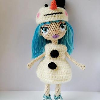 Миниатюрная вязаная куколка Ледяная Девочка