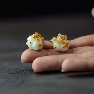 Крупные серьги гвоздики с кристаллом из эпоксидной смолы