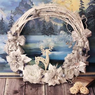 Новогодний, Рождественский  венок в бело-серебристых тонах с ангелочками, оленем и пуанссеттией