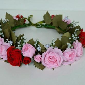 Венок из шифоновых розово-красных роз