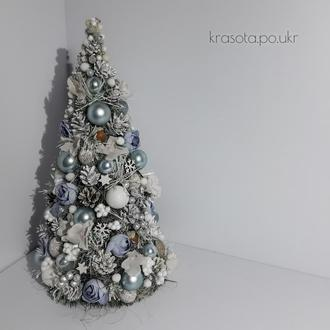 Новорічна ялинка в кольорі блакитна пастель з срібно-білими деталями, шишками та піончиками