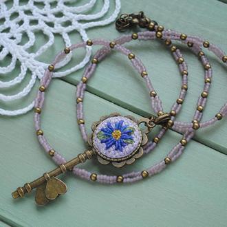 Кулон ключ с цветочной вышивкой на плетеной цепочке из японского бисера