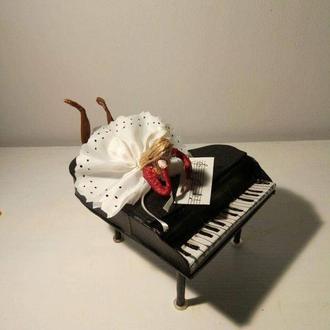 Лялька - піаністка