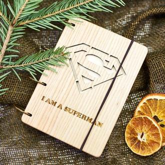 "Блокнот ""Супермен"" из натурального дерева на кольцах А6"