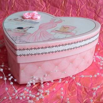 Коробка для упаковки подарка.