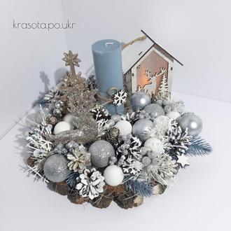 Новорінчий підсвічник з блакитною хвоєю, лед хатинкою, срібними кулями та бронзовим оленем+ялиночкою