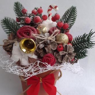 Зимовий букет у квітковому горщику з червоними ягідками