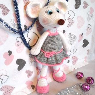 Белая Мышка в серебристом платье крючком