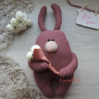 Кролик с цветами. Милый зайка. Прелестный подарок на День св. Валентина. Сувенир ко Дню Влюбленных.