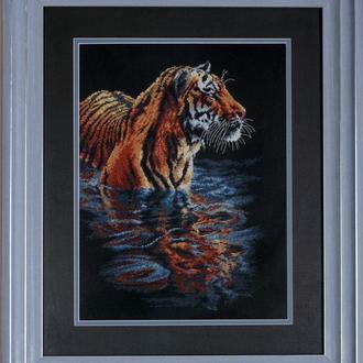 Вышитая картина. Купающийся тигр.
